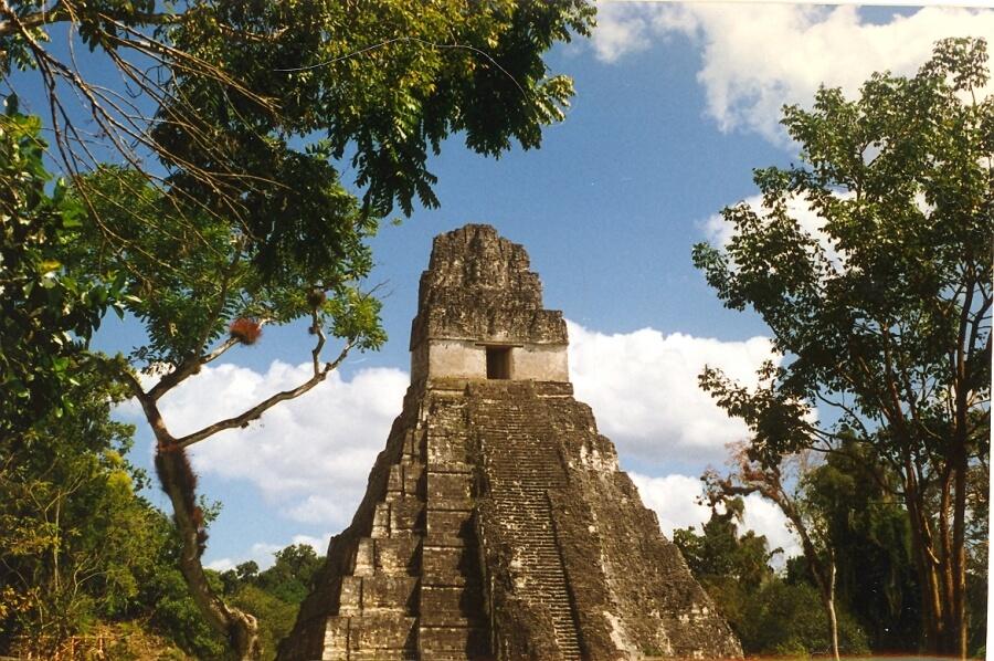 храм майя в Гватемале