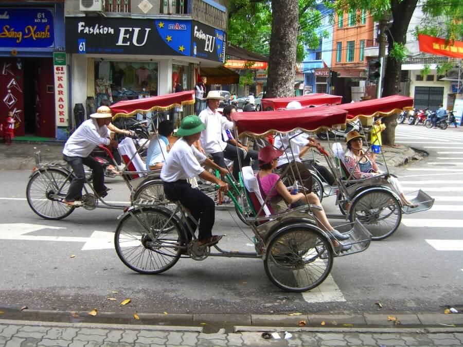 рикши на улице Ханоя, Вьетнам