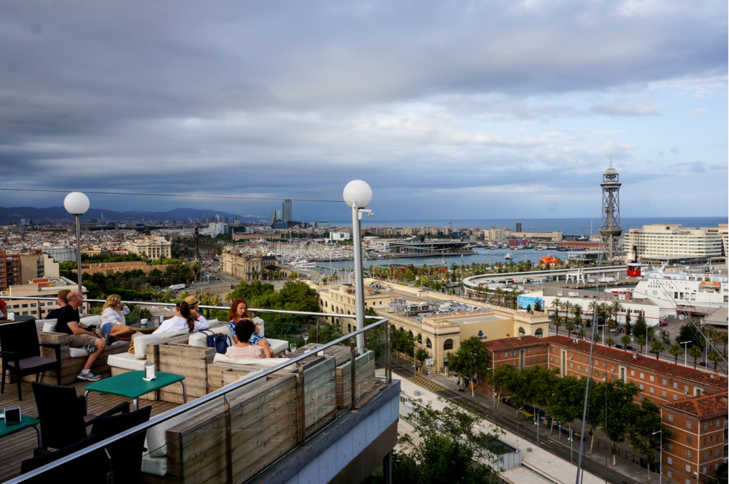 открытая терраса кафе с видом на Барселону