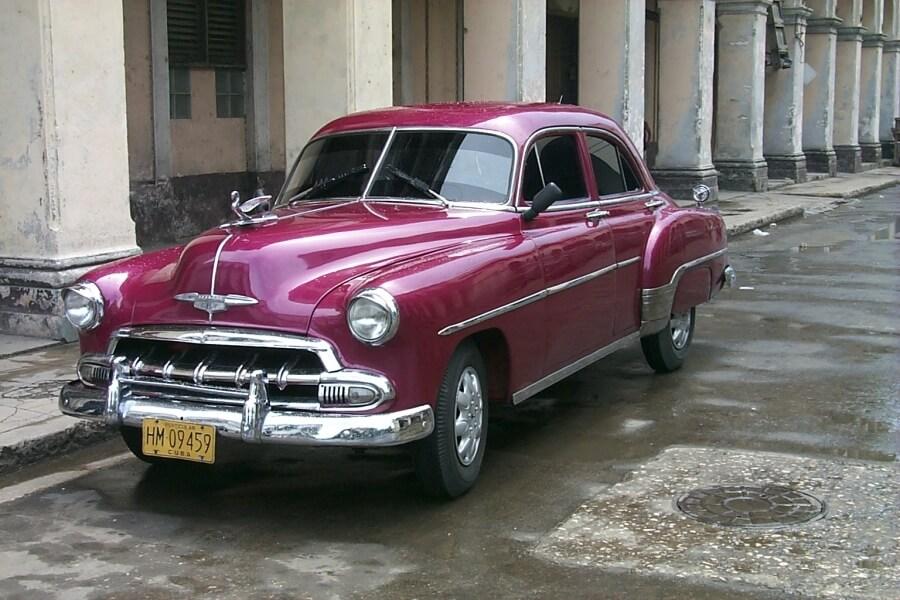ретро автомобиль на улицах Гаваны