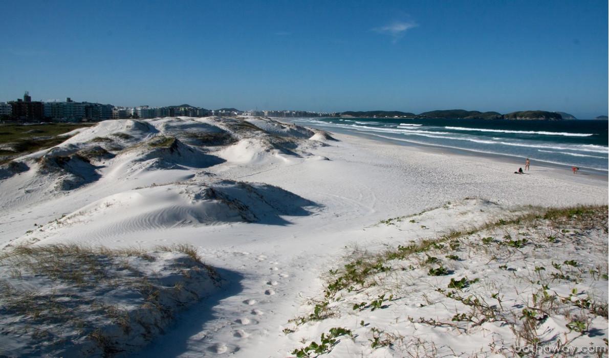 Пляж с песчаными дюнами в районе Кабо Фриу